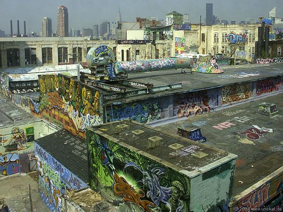 Graffiti in Queens - im Hintergrund ist das Empire State und Citigroup Building, New York 2004