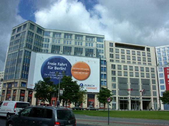 Nur eine Fassade - dahinter wird ein Haus gebaut, Berlin 2007
