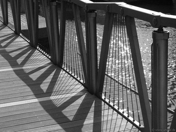 Kunstbrücke von Heatherwick beim Paddington Basin, London 2006